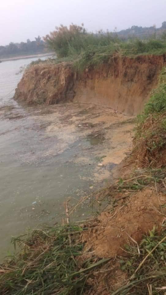 Đoạn sông Đà bị sạt lở.