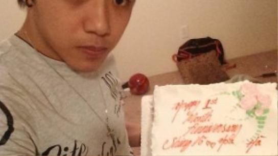 Shing Vo cầm bánh kem kỷ niệm 1 tháng quen nhau.
