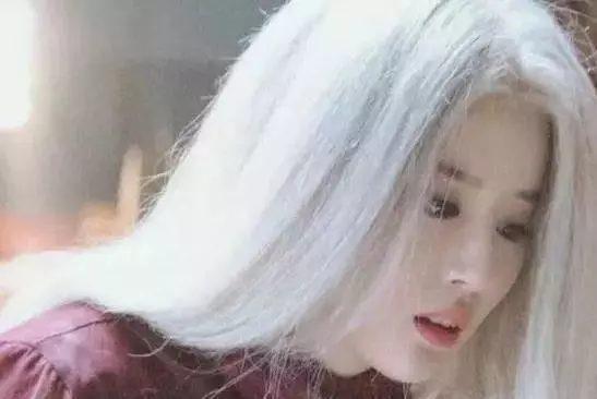 Sao Hoa ngữ với tạo hình mái tóc dài bạc trắng ảnh 7