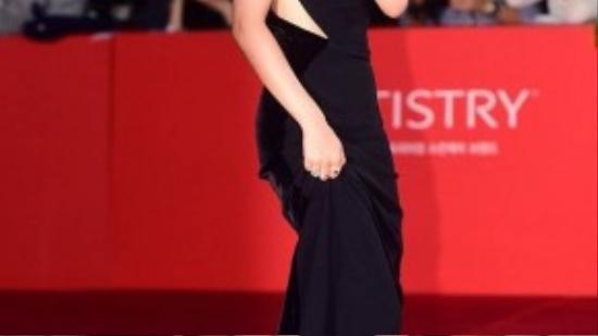 Nữ diễn viên 9x Go Ah Sung thanh lịch trong một thiết kế cut -out mềm mại.