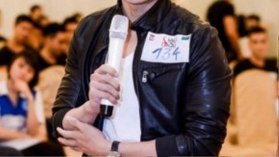 """Hải Thông từng trốn gia đình để theo đuổi đam mê với nghệ thuật trong khi anh đang theo học ngành Design nội thất. Chàng trai Phan Rang từng đạt danh hiệu """"Á quân Việt Fashion Icon"""" 2014."""