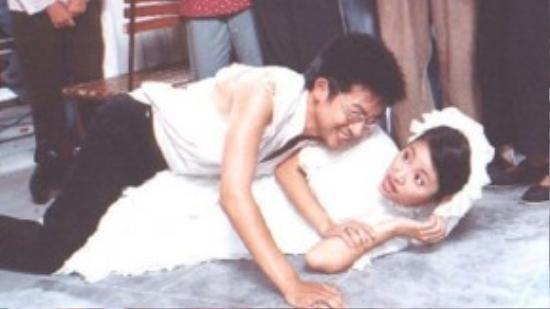 Tại đám cưới với Như Bình, Đỗ Phi xuất hiện trong trang phục bị xé rách mất một bên áo, mắt kính cũng bị vỡ.