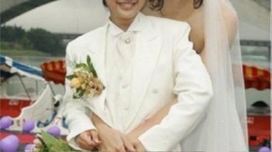 Trực Thụ (Trịnh Nguyên Sướng) trong trang phục cô dâu – Tương Cầm (Lâm Y Thần) trong trang phục chú rể.