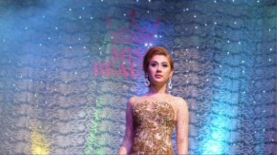 Người đẹp Lâm Chi Khanh cũng hát tặng một ca khúc để cổ vũ tinh thần các thí sinh.