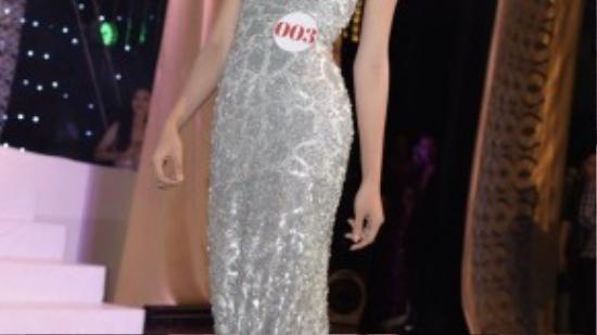 Các thí sinh lộng lẫy trong phần thi trang phục dạ hội.