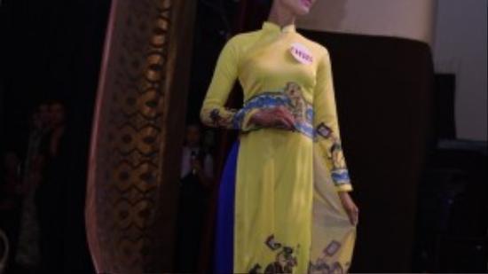 Tân hoa hậu trong trang phục truyền thống.