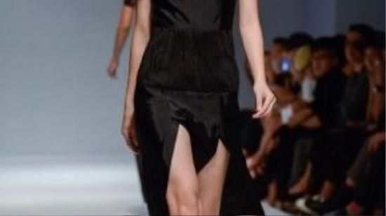 Đường xẻ tà trước đủ mức an toàn, khoe đôi chân thon dài của người phụ nữ thích sự phóng khoáng.