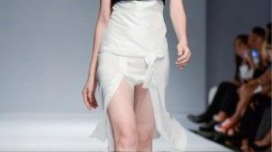 Những chi tiết vải xuyên thấu được nhấn nhá thêm khiến bộ đồ thật đặc biệt.