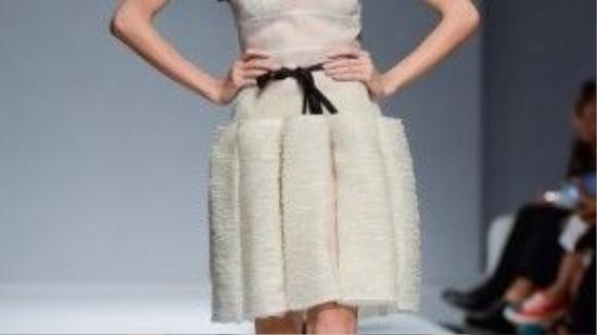 Chân váy 3D lạ mắt khiến người xem không còn mơ hồ về sở trường của Hoàng Tú trong mẫu thiết kế này.