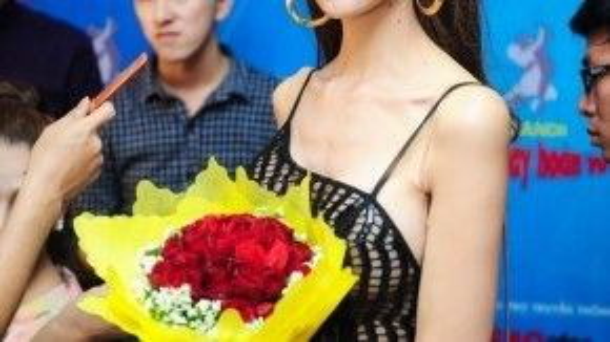 Người mẫu chuyển giới Lan Phương đến cổ vũ đàn chị.