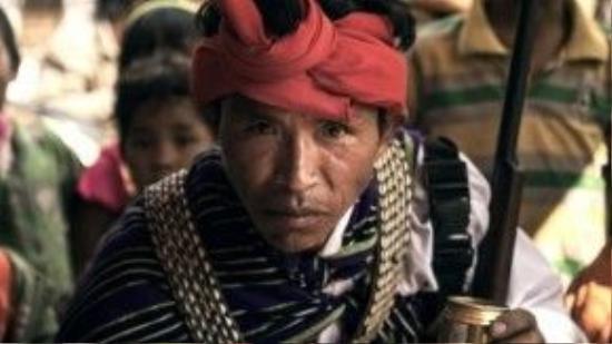 Một thợ săn người Chin ở Myanmar trong trang phục truyền thống.