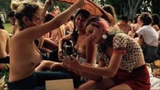 """Các cô gái tươi cười cùng chụp ảnh với nhau tại ngày hội """"thả rông"""". Ảnh: Amanda Haworth."""