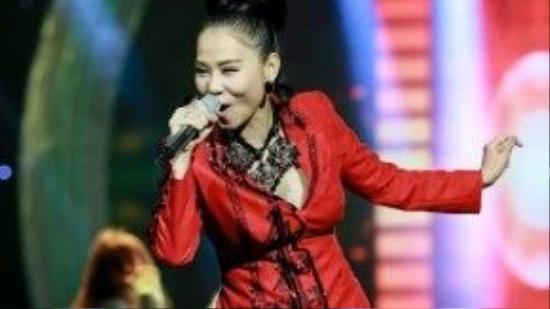 Cô tiếp tục gây ấn tượng mạnh bởi giọng hát nội lực và phong thái trình diễn thu hút.