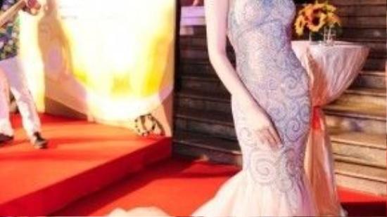 """Mẫu váy đuôi cá gam hồng pastel, chất liệu chiffon mềm mại nữ tính giúp nữ diễn viên Chi Pu khoe trọn được vóc dáng hoàn hảo. Trang phục được lấy cảm hứng từ những đám mây bay lơ lửng trên bầu trời nhưng họa tiết kết cườm lại có phần hơi """"lỗi thời"""", thiếu đi tính duy mỹ trong dòng chảy xu hướng của Thế giới. Tất cả vô tình khiến bộ cánh của cô nàng trở nên kém sang trọng tại đêm trao giải Mai Vàng ."""