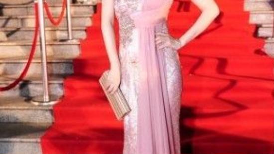 Nhiều người cho rằng nếu mẫu váy được lượt bỏ hết tất cả các chi tiết kết cườm trên từng sớ vải, thì bộ cánh sẽ giúp nữ diễn viên gốc Hà Thành trở nên tinh tếhơn rất nhiều.
