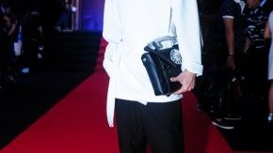 Kelbin Lei chứng tỏ phong cách ninja-goth độc đáo của mình với tóc high bu, áo kimono lụa màu trắng, quần đen, giày metalic của Jil Sander. Nổi bật hơn cả là chiếc túi xách hình điện thoại cổ của Alexander Wang.