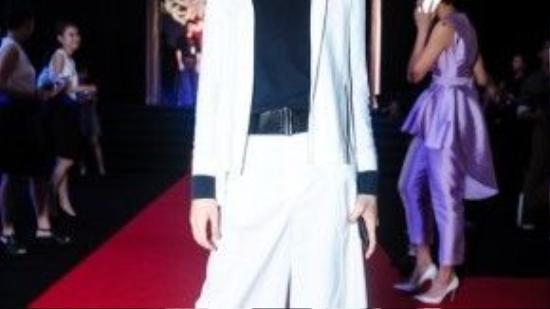 Với bộ trang phục này, người xem sẽ khó đoán được đây là một fashionista hay một fashionisto. Bộ outfit màu trắng được nhấn nhá bằng thắt lưng bản to và mũ fedora.