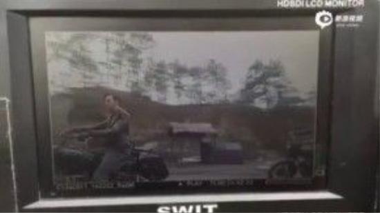 Hình ảnh cắt từ clip cho thấy một chiếc xe mô tô đã đâm thẳng vào Trần Vỹ Đình.