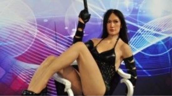 Maggie Q cũng giật mình khi nhìn thấy tượng sáp từ hình tượng nhân vật Nikita của mình.