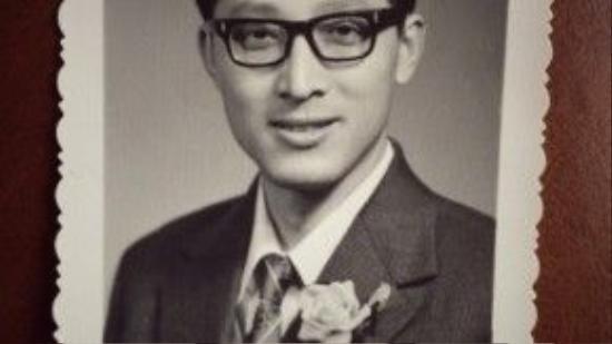 Cha Hồ Ca có ngoại hình điển trai chẳng kém tài tử.