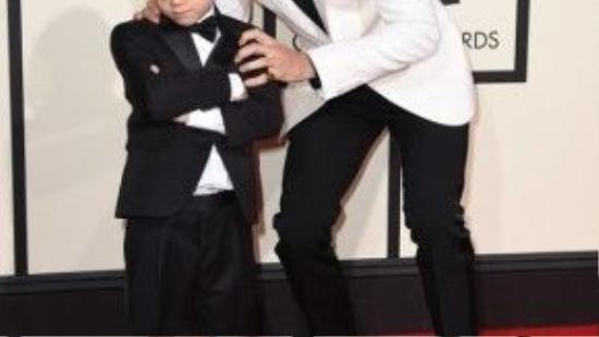 Justin Bieber và em trai trên thảm đỏ chương trình.