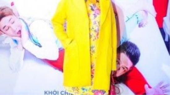 Siêu mẫu Xuân Lan cực nổi bật trong dàn sao Việt khi chọn khoác dạ màu vàng, màu sắc và họa tiết của trang phục giúp cô tươi trẻ, tràn đầy năng lượng hơn.