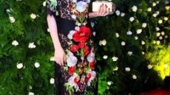 Trà Ngọc Hằng diện chiếc váy thêu họa tiết hoa tỉ mỉ của nhãn hàng Dolce & Gabbana.