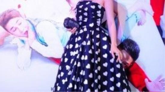 Á hậu Diễm Trang chọn thiết kế váy cup ngực họa tiết hình trái tim của Đỗ Mạnh Cường, đây là một trong những thiết kế nằm trong BST Love khiến nhiều mỹ nhân Việt mê mẩn.