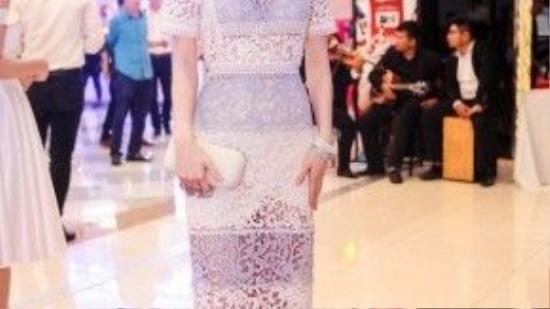 Diễm My 9x đẹp không kém Hoàng Thùy Linh trong cùng một trang phục.