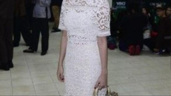 Cô mix trang phục váy ren xuyên thấu với túi xách Dior cùng giày ánh kim bắt mắt.