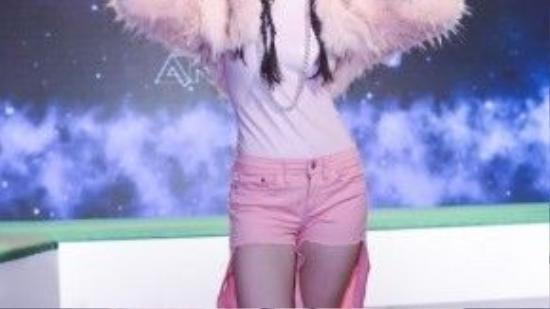 Trend lông vũ được stylist Jessica Nguyễn khéo léo đưa vào trang phục với áo khoác lông.