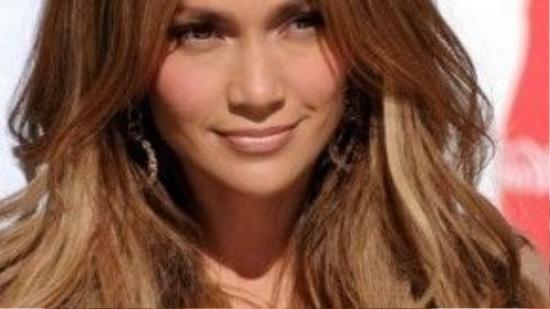 Mái tóc bổ luống đánh phồng xoăn vàng mang đến vẻ quyến rũ khó cưỡng cho Jennifer Lopez.