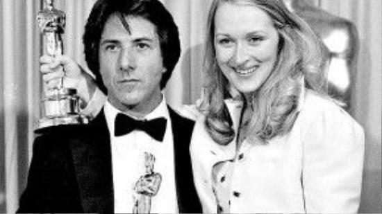 """Sau khi chiến thắng giải Oscar đầu tiên cho phim Kramer vs. Kramer (1979), Dustin Hoffman săm soi bức tượng và nói: """"Chàng ta không có cơ quan sinh dục và chàng đang cầm một thanh kiếm đấy. Tôi muốn cảm ơn bố mẹ vì đã không tuân thủ tốt chính sách sinh sản""""."""