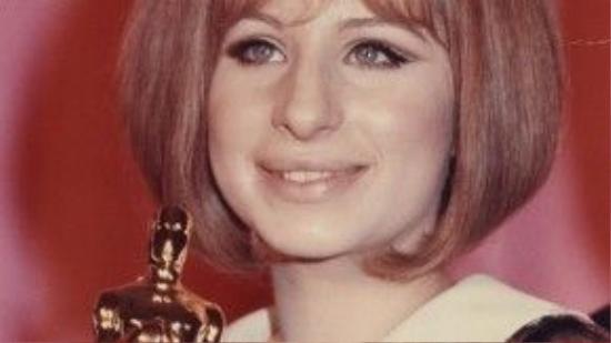 """Ở Oscar năm 1969, hạng mục Nữ diễn viên chính xuất sắc xướng tên đến hai ứng viên, một cho Katharine Hepburn, một cho Barbra Streisand. Sau bài phát biểu của vị đạo diễn Anthony Harvey – người đã nhận giải thưởng thay Katharine Hepburn, Barbra Streisand cầm bức tượng vàng trên tay, hài hước nhìn vào thành quả của mình: """"Chào mi, điều kỳ diệu ơi""""."""