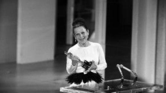 """Ở lần đề cử thứ năm, Ruth Gordon đã thắng tượng vàng danh giá cho Rosemary's Baby (1968). Khi bước lên bục nhận giải, Ruth Gordon vui vẻ chia sẻ: """"Đây là một sự khích lệ rất lớn""""."""