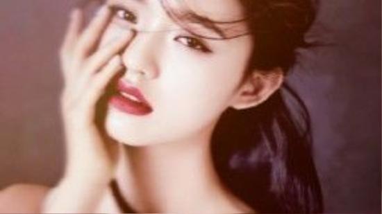 Vẻ đẹp tuổi 18 xao lòng của Lâm Duẫn. Lúc này cô đã là tiểu mỹ nhân, khác hẳn sự mộc mạc và có phần quê mùa xưa kia.