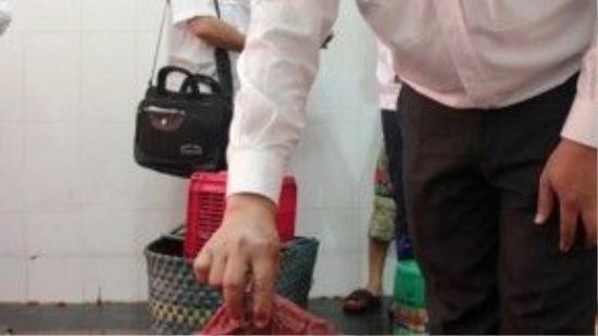 Vào ngày 3/2/2016, công ty TNHH Bính Hạnh tại 209/14 Lê Văn Sỹ, phường 13, Q.3, TP HCM do ông Nguyễn Xuân Bính làm giám đốc đã bị bắt quả tang đang làm thịt bò giả. Trong ảnh là thịt heo được ngâm dung dịch hóa chất và huyết bò. (Ảnh: Tuổi Trẻ)