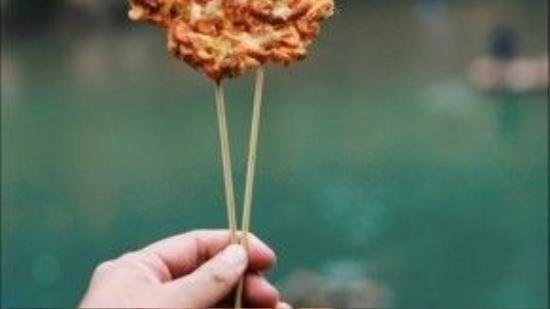Bánh tép chấm tương ớt Hồ Nam, có giá khoảng 20 nghìn tiền Việt.