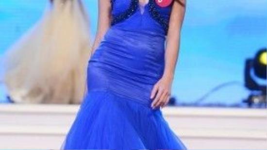 Quỳnh Mai lộng lẫy trong trang phục dạ hội tại cuộc thi Hoa hậu Hoàn vũ.