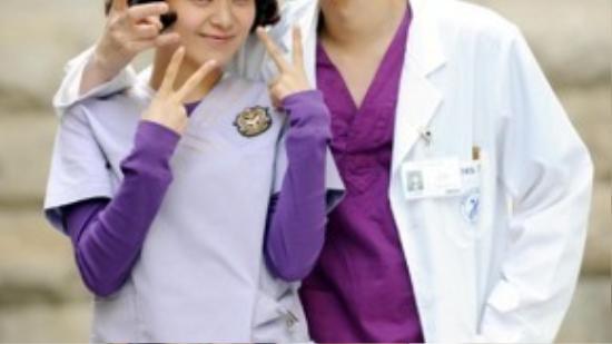 Song Joong Ki trong vai một bác sĩ thực tập sánh vai bên đàn chị