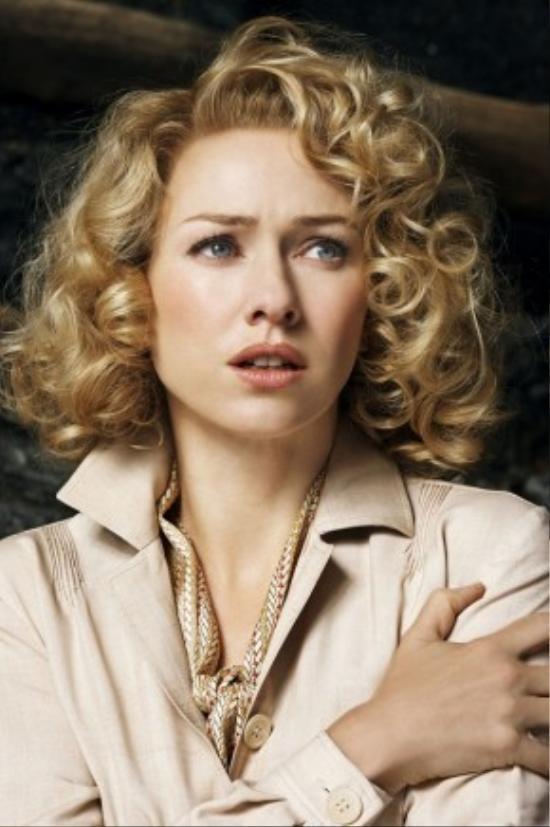 """Naomi Watts được mệnh danh là """"Nữ hoàng của những bộ phim làm lại"""" khi những bộ phim nổi bật của cô hầu hết đều là tác phẩm làm lại, có thể kể đến The Ring (2002), Ned Kelly (2003), King Kong (2005), The Painted Veil (2006) và Funny Games (2007)."""