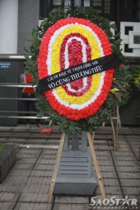 Vòng hoa chia buồn của ca sĩ Thu Minh, Mỹ Tâm và các em nhạc sĩ Trịnh Công Sơn được gửi đến địa điểm diễn ra lễ tang từ sáng sớm.