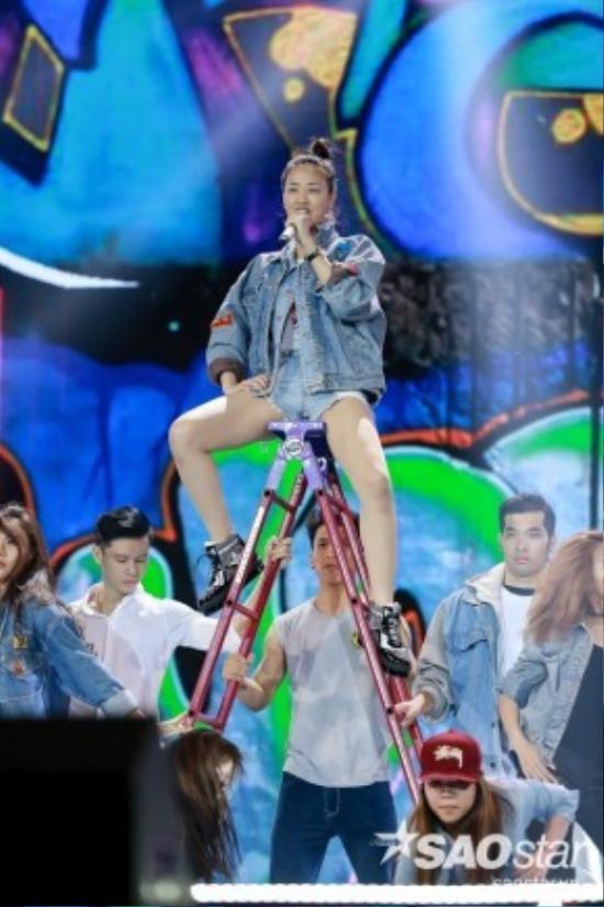 Maya tiếp tục trình diễn một bản hit của nhạc sĩ Khắc Hưng - Wow.