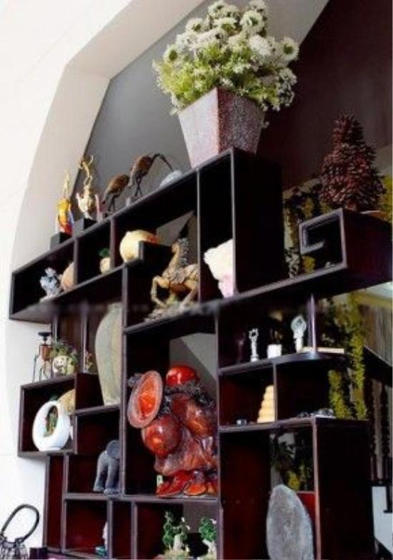Trong nhà có rất nhiều đồ cổ có giá trị.