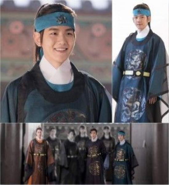 BaekHyun diện trang phục màu ngọc lam và cột tóc đuôi ngựa.
