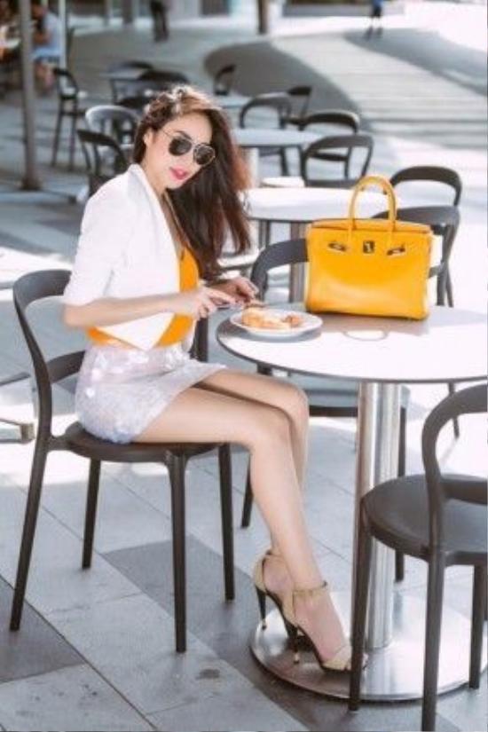 Chiếc túi Hermes màu vàng có giá khoảng 300 triệu đồng.