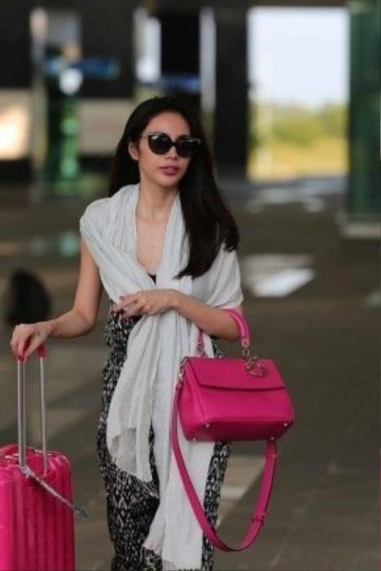Chiếc túi Dior size Medium màu hồng xinh xắn này cũng là món đồ yêu thích gần đây của người đẹp. Cô thường xuyên xuất hiện cùng nó. Đây là mẫu mới của Dior có tên là Be Dior, có giá 4.900 USD (khoảng105 triệu VNĐ).