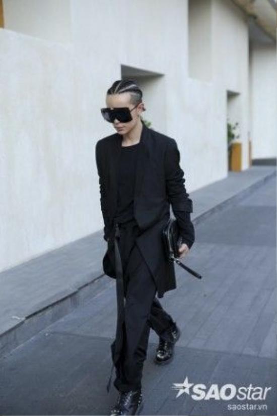 Stylist Keibin Lei luôn nhận được nhiều sự mong chờ với mỗi lần xuất hiện. Anh chàng với kiểu tóc được tết khá cầu kì. Bộ đồ đen anh đang mặc đến từ NTK Joe Chia. Nhưng điểm nổi bật nhất của Kelbin lần này có lẽ chính là chiếc mắt kính hàng khủng HBA mà anh đang mang.