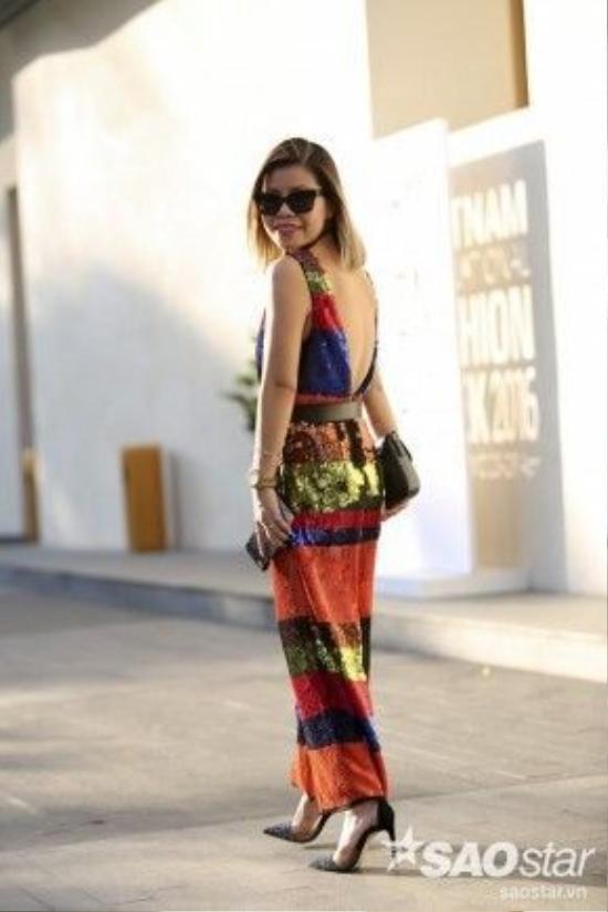Một fashionista với bộ jumpsuit sequin đa màu sắc. Cô khiến nhiều ánh mắt phải đổ dồn về mình vì sự chịu chơi với nhiều màu sắc cô mang.