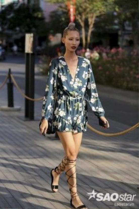 Chân dài Hằng Nguyễn với bộ jumpsuit ngắn họa tiết mang hơi thở của mùa hè và dép sandal nhiều dây.